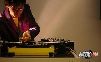 Дизайнер и музыкант Yuri Suzuki создал Soundchaser - аналоговый ответ цифровым ди-джеям