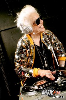 69-летняя DJ, Ruth Flowers