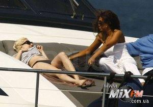 Папарацци засняли Lady GaGa в объятиях незнакомки