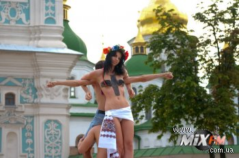 Акция женского движения FEMEN «ИЗЫДИ!»