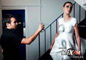 Испанский дизайнер создал одежду, которую можно напылять на тело с помощью спрея